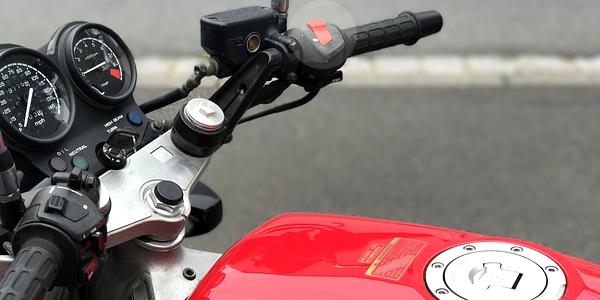 Interruttore di emergenza per lo spegnimento del motore nei veicoli a due ruote