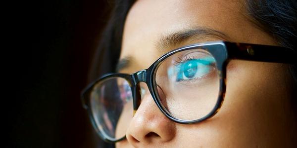 Obbligo di usare gli occhiali correttivi durante la guida