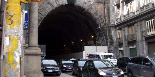 Comportamenti da adottare percorrendo un tunnel o un traforo