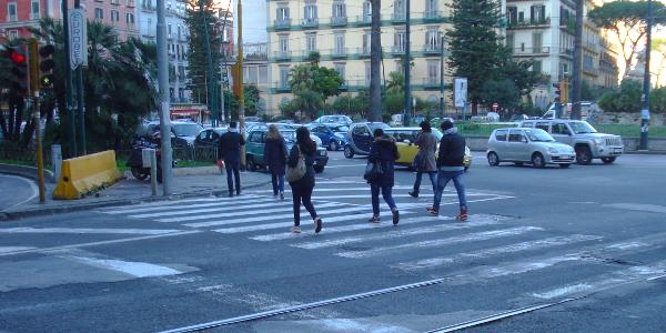 Pedoni che attraversano ad un semaforo