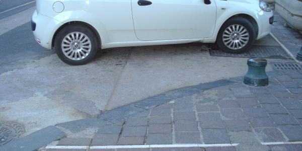 Scivoli del marciapiede ostruiti