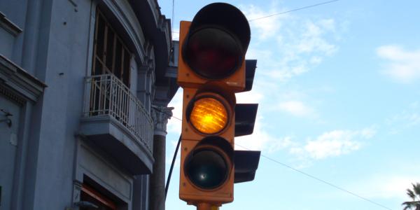 Luce gialla fissa del semaforo