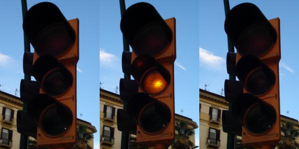 Luce gialla lampeggiante del semaforo