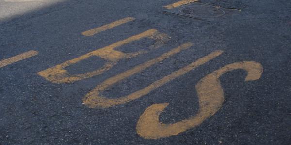 Iscrizioni regolamentari sulla pavimentazione